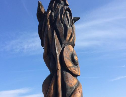 Mytologisk totem ved mark