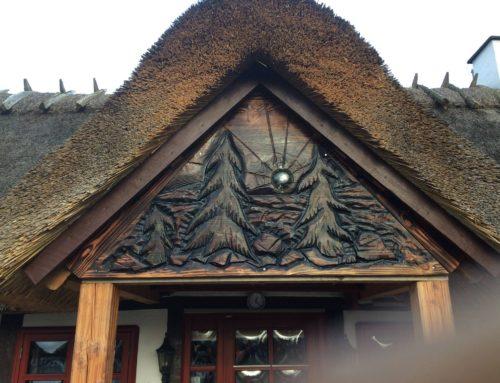 Relief i kvist – stråtækt hus