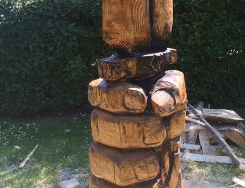 Sværd i hånd i lærketræ