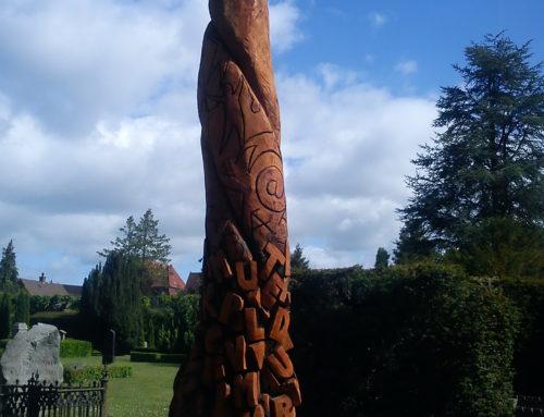 Træskulptur på Odense Kirkegård
