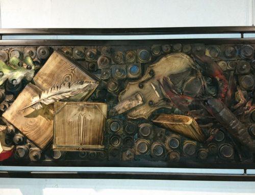 Vanitas relief i træ med bog, instrument, hummer i ramme